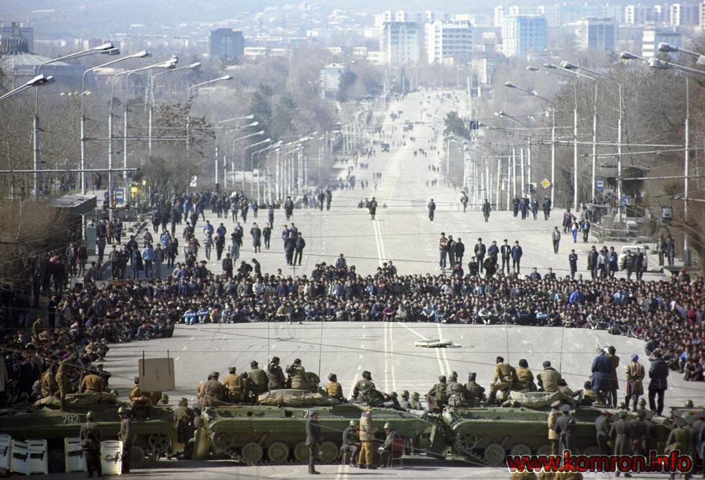 Массовые беспорядки, произошедшие в Душанбе с 10 по 17 февраля 1990 года. В городе объявлено военное положение. Танки на проспекте Ленина.